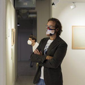 Visitantes a la exposición 'Dulce fragancia a pegamento'